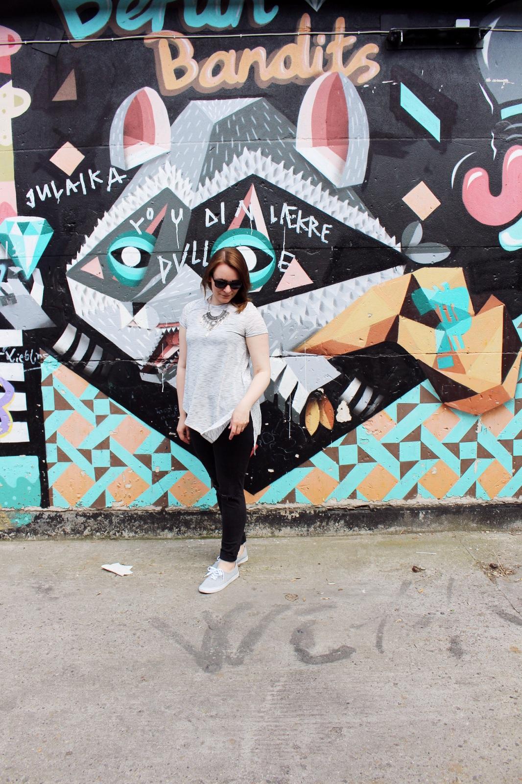 Street Look, Graffit Wall, Streetstyle, Sneaker, Primark, Ripped Jeans
